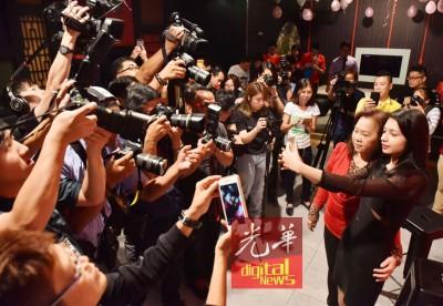 李佩玲应媒体要求,拿着新手机与妈妈刘雅惹自拍。