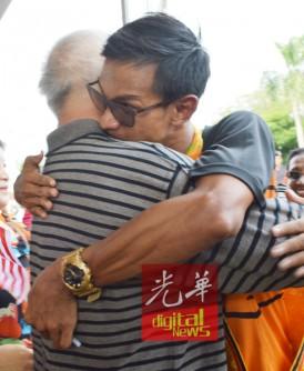 里祖安紧紧拥抱蔡衡运,表示真心感谢他当年的鼓励。
