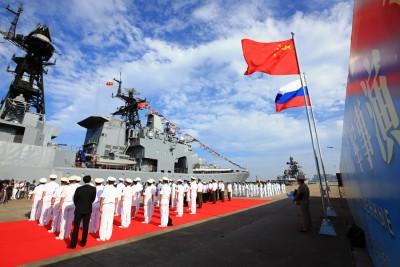 中方于湛江的军港举行欢迎仪式。