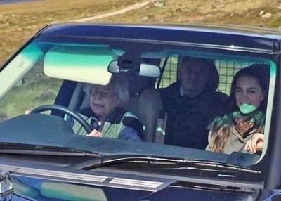 英女王看起来相当威风。