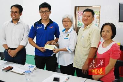 王展烨(左2)于对亲王春原和刘丽湘(右1同2)陪伴下,由章瑛手中接了奖励金,左是沈掂强。