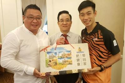 王浩源(左)把健康产品赠送给陈炳顺,陪同者为福商公会主席丹斯里陈坤海硕士(中)。