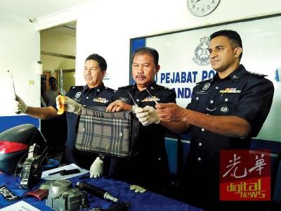诺哈欣(被)亮警方从印裔男子身上搜到的褐色包包和刀具。