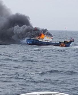 中国渔船被指在韩国海域非法捕渔,韩国海警执法时被指投放3枚闪光弹后就起火。
