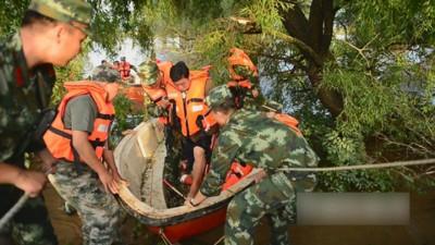 中国救援人员救出受困的朝鲜人。