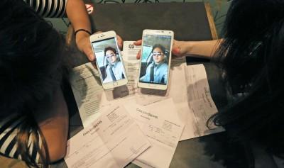 叶小姐与琳小姐出示男子照片,声诉遭对方欺骗。