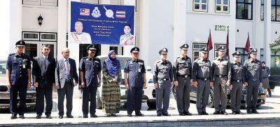 泰国公安局以典礼上移交20部豪华小汽车予大马警方。(马新社照片)
