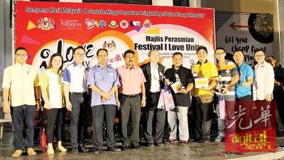 甘德申(左5)在莫哈末赛迪(左4)、许廷炎陪同下颁发奖品给摄影比赛媒体组优胜者;右二郑振辉。