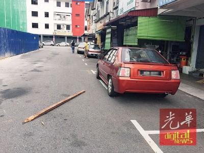 长木击中车复掉落地上。