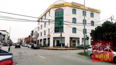 母亲接到儿子电话叫在马来亚银行等,却没等到。