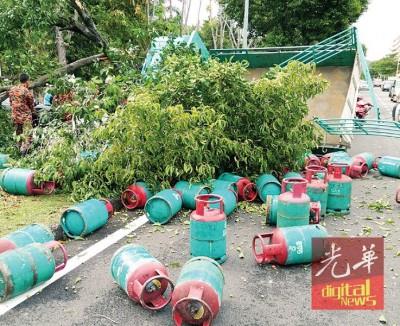 60只煤气桶掉落满地。