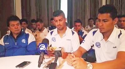 博尼拉(右)带领全队出席发布会,并向媒体道出受贿赂的由来。