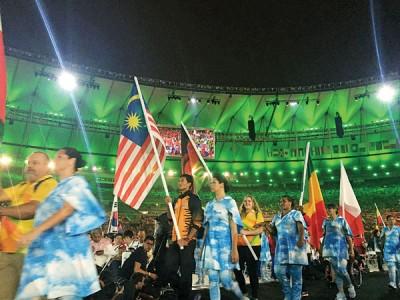 大马代表领旗进入里约残奥闭幕式。大马队本届成就被引用成为激励例子。