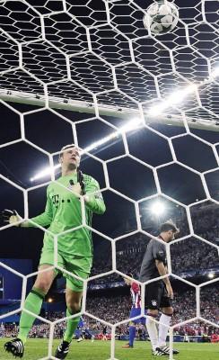 拜仁慕尼黑门神诺伊尔目睹卡拉斯科破网,毫无办法。