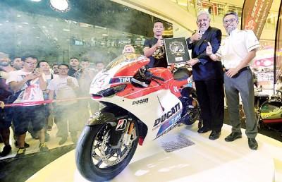 旅游局总监拿督米尔扎(中)、拉兹兰(左)和蚬壳石油大马代表沙伊兰共同为2016年世界摩托车锦标赛MotoGP大马站主持推介。
