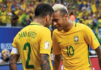 内马尔(右)与阿尔维斯(左)兴奋的庆祝球队胜利。