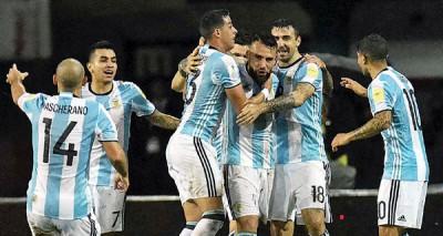 奥塔门迪(右3)打进扳平球后获得阿根廷队友们纷纷上前祝贺。