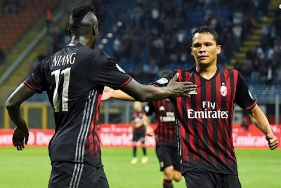 巴卡(右)进球后与迎面而来的队友尼昂(左)准备击掌庆祝。