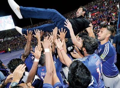 柔佛DT球员赛后与柔佛王储东姑依斯迈庆祝夺冠。