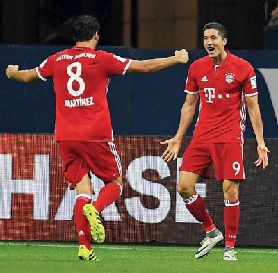莱万(右)和马丁内斯庆祝进球。