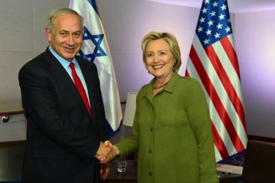 希拉莉(右)和以色列总理外坦亚胡(左)会谈后握手致意。(法新社照片)