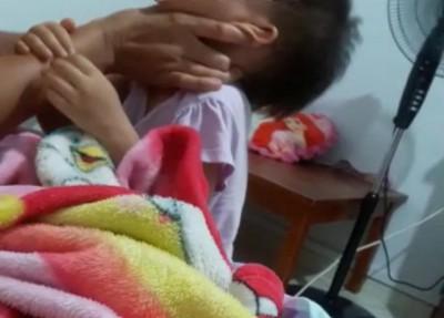 视频显示,女佣用双手掐她的脖子约2秒,再猛扯她的头发,弄得女童放声痛哭。