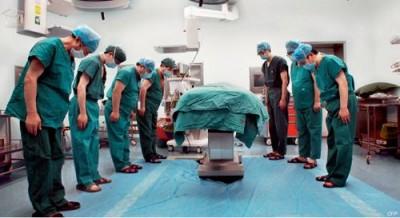 大夫们集体向捐献器官者告别。