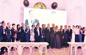 汇华集团管理高层及家人在台上与拿督许祥人共享荣耀,在场的嘉宾也举杯同贺。