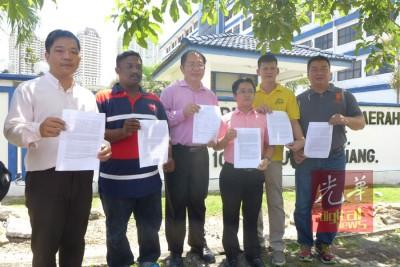 (左起)赵德源、巴卡拉登、黄伟益、王宇航、王耶宗及吴骏强要警方针对红衫军事件展开调查。