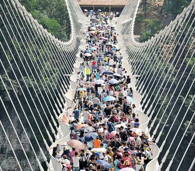 张家界玻璃桥重新开放,吸引大批游客前来参观。
