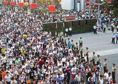 """上海外滩附近道路实施""""拉链式""""过马路。"""