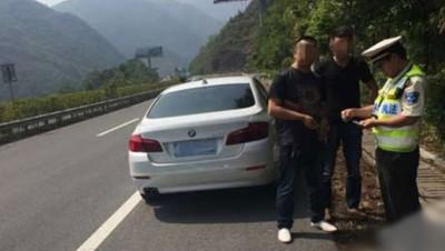 司机将宝马车停泊在应急车道,一派接受警员问话,一派等借车的友好把欧洲冠军联赛外围下注送来。
