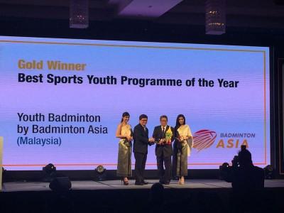 吴志强(左2)代表亚洲羽总接领亚洲体育产业奖当中的年度最佳青训计划金奖。