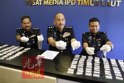 毒贩薄利多销,毒品一包卖50令吉。图片显示米尔(左2)正展示每包50令吉的海洛因,左起马吉及阿弥尔。