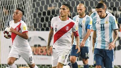 秘鲁成功逼和阿根廷,球队球员场上异常兴奋。