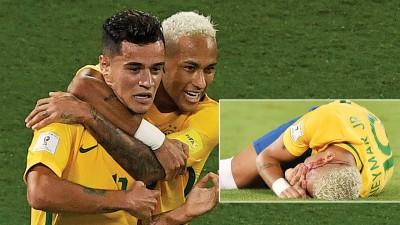 送来助攻的内马尔(右)搂着建功的队友库蒂尼奥(左)欢庆巴西帮的进球。(多少图)内马尔捂着脸在草地上翻滚,脸上已经挂满了鲜血,场面煞吓人。