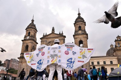 哥伦比亚人民获知总统桑托斯获奖后,以京城波哥大欢欣庆祝。(法新社照片)