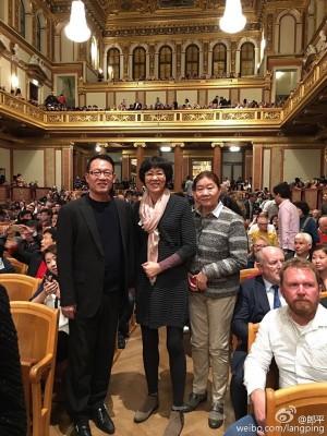 近日,郎平(中)与家人到维也纳度假,享受这座音乐之城。她自称体重涨了两公斤!