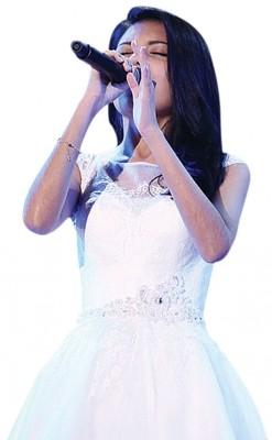 李佩玲过上白色连衣裙、福的面容和美声,展示她要《雪奇缘》中的高贵公主。