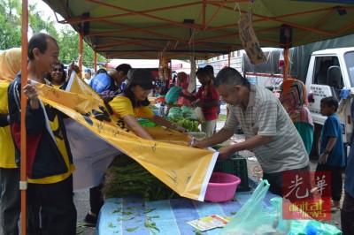马章武莫花园巴刹小贩也签名支持净选盟。