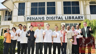 林冠英(左7)于林秀琴(左2从)、阿菲那、阿都马烈、魏舜才、法力占、拉昔、良好日星、麦克赛森(右起)同蓝卡巴当人口之伴随下,啊槟州数码图书馆主持开幕礼。