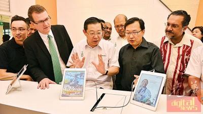 林冠英(右3)于麦克赛森(左2)同魏舜才(右2)的伴随下进槟州数码图书馆试用当中的数据科技产品和设备。