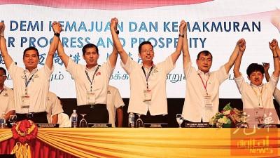 曾融熙(左起)、杨锦成、陈庆亮、谢顺海及陈莲花高举牵起的双手,象征党内团结一致。