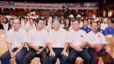 邓章耀(左2起)与前副主席吴立洋进行交流。左为林时彬。