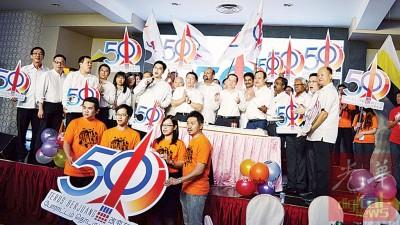 党秘书长林冠英与霹州行动党领袖及支持者一同主持切蛋糕仪式。