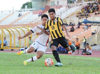 22东国青球员沙兹旺(右)遇汶莱球员莫哈最后凯里尔试图阻拦中。