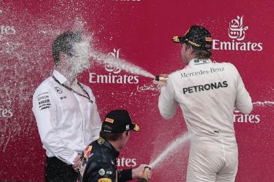 车队早早提前锁定总冠军,少不了狂庆一番,摄影镜头也捕捉到罗斯博格在颁奖台以香槟完全命中奔驰车队首席工程师索夫林(左)的瞬间搞笑一幕。