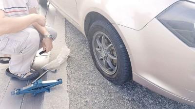 车主在桥上更换轮胎。