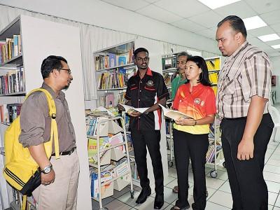 槟岛市议员古玛一行人巡视峇央峇鲁多元化巴刹1楼图书馆。左起:沙班哈非芝、古玛、利祖安、颜艾菱及开罗。