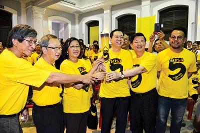 林冠英(右3)接下净选盟火炬,旁为罗国华、杜乾焕、玛丽亚陈、曹观友和沈志强。